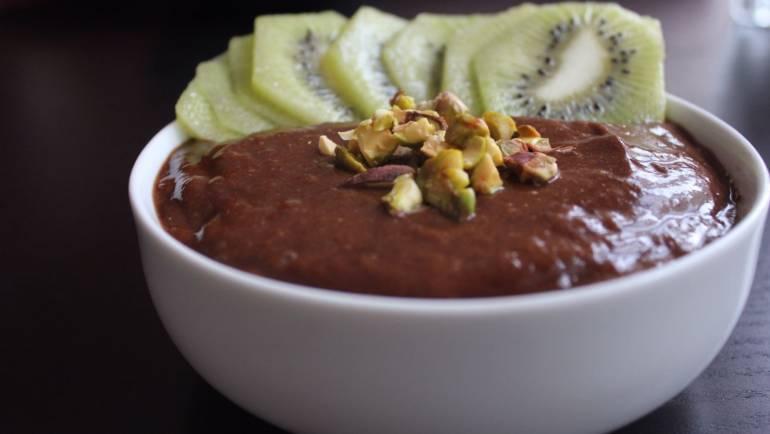 RECETA | Cremoso de cacao, plátano, pistachos y kiwi